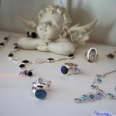 Schmuck mit blauen Edelsteinen